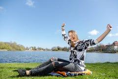 γυναίκα ανάγνωσης πάρκων β& Στοκ Εικόνες