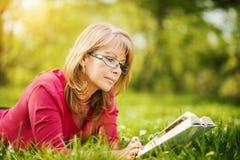 γυναίκα ανάγνωσης πάρκων β& Στοκ φωτογραφίες με δικαίωμα ελεύθερης χρήσης