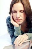 γυναίκα ανάγνωσης περιο&de Στοκ φωτογραφία με δικαίωμα ελεύθερης χρήσης
