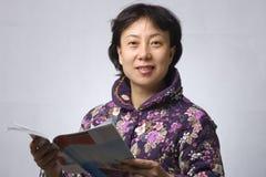γυναίκα ανάγνωσης της Ασί&a Στοκ φωτογραφία με δικαίωμα ελεύθερης χρήσης