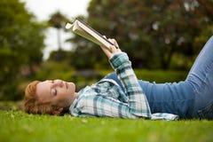 γυναίκα ανάγνωσης Στοκ εικόνα με δικαίωμα ελεύθερης χρήσης