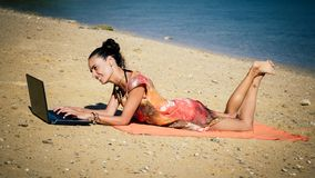 Γυναίκα ανεξάρτητη στο φορητό προσωπικό υπολογιστή στην τροπική, εξωτική παραλία Στοκ φωτογραφίες με δικαίωμα ελεύθερης χρήσης