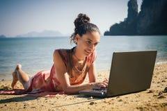 Γυναίκα ανεξάρτητη στο φορητό προσωπικό υπολογιστή στην τροπική, εξωτική παραλία Στοκ Εικόνες