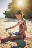 Γυναίκα ανεξάρτητη στο φορητό προσωπικό υπολογιστή στην τροπική, εξωτική παραλία Στοκ Εικόνα