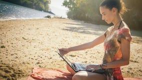 Γυναίκα ανεξάρτητη στο φορητό προσωπικό υπολογιστή στην τροπική, εξωτική παραλία Στοκ φωτογραφία με δικαίωμα ελεύθερης χρήσης