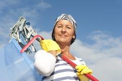 Γυναίκα ανοιξιάτικου καθαρισμού υπαίθρια Στοκ Φωτογραφία