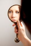 γυναίκα αντανάκλασης s καθρεφτών προσώπου κινηματογραφήσεων σε πρώτο πλάνο Στοκ Εικόνες