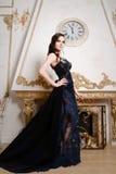 Γυναίκα, αντανάκλαση στον καθρέφτη στο μακρύ φόρεμα δαντελλών στοκ εικόνες με δικαίωμα ελεύθερης χρήσης