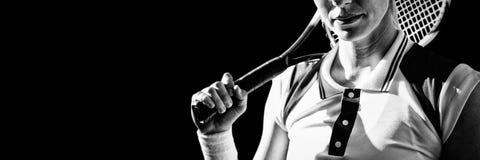 Γυναίκα αντισφαίρισης που κρατά μια ρακέτα αντισφαίρισης στοκ εικόνες με δικαίωμα ελεύθερης χρήσης