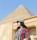 Γυναίκα από την πυραμίδα στοκ εικόνες με δικαίωμα ελεύθερης χρήσης