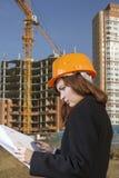 γυναίκα αρχιτεκτόνων στην περιοχή κατασκευής Στοκ Εικόνες
