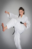 Γυναίκα αυτοάμυνας διατρήσεων λακτίσματος Karate στην κατάρτιση Στοκ Εικόνες