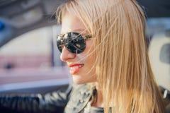 Γυναίκα αυτοκινήτων στο οδικό ταξίδι Στοκ φωτογραφίες με δικαίωμα ελεύθερης χρήσης