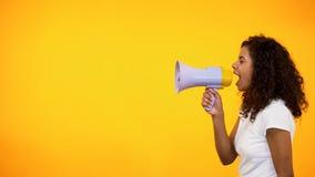 Γυναίκα αφροαμερικάνων με megaphone που αναγγέλλει τις ειδήσεις αίσθησης, εκπτώσεις καταστημάτων στοκ φωτογραφία με δικαίωμα ελεύθερης χρήσης
