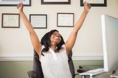 Γυναίκα αφροαμερικάνων που γιορτάζει μια επιτυχία Στοκ εικόνα με δικαίωμα ελεύθερης χρήσης