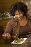 Γυναίκα αφροαμερικάνων που χαμογελά τρώγοντας μια σαλάτα Στοκ φωτογραφίες με δικαίωμα ελεύθερης χρήσης