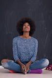 Γυναίκα αφροαμερικάνων σε ένα γκρίζο υπόβαθρο Στοκ εικόνα με δικαίωμα ελεύθερης χρήσης
