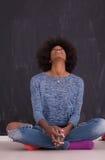 Γυναίκα αφροαμερικάνων σε ένα γκρίζο υπόβαθρο Στοκ Φωτογραφίες