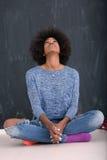 Γυναίκα αφροαμερικάνων σε ένα γκρίζο υπόβαθρο Στοκ φωτογραφία με δικαίωμα ελεύθερης χρήσης