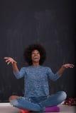 Γυναίκα αφροαμερικάνων σε ένα γκρίζο υπόβαθρο Στοκ φωτογραφίες με δικαίωμα ελεύθερης χρήσης