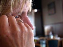 Γυναίκα - βαθιά σκέψη Στοκ φωτογραφία με δικαίωμα ελεύθερης χρήσης