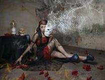 Γυναίκα βαμπίρ με τη μάσκα στοκ φωτογραφίες
