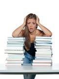 γυναίκα βιβλίων που ανησ&u στοκ φωτογραφία με δικαίωμα ελεύθερης χρήσης