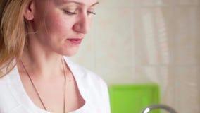 Γυναίκα βοτανολόγων που ελέγχει τις γεωργικές συγκομιδές στο εργαστήριο απόθεμα βίντεο
