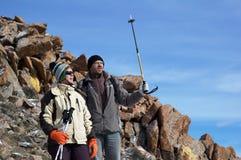 γυναίκα βουνών ανδρών backpackers Στοκ εικόνα με δικαίωμα ελεύθερης χρήσης