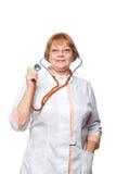 Γυναίκα γιατρών με ένα στηθοσκόπιο Απομονωμένος στο λευκό Στοκ εικόνα με δικαίωμα ελεύθερης χρήσης