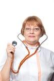 Γυναίκα γιατρών με ένα στηθοσκόπιο Απομονωμένος στο λευκό Στοκ Φωτογραφία