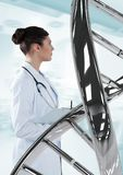Γυναίκα γιατρών που στέκεται με το τρισδιάστατο σκέλος DNA Στοκ Εικόνα
