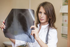 Γυναίκα γιατρών σε ένα δωμάτιο των νέων ασθενών στην άσπρη στολή Στοκ Φωτογραφία