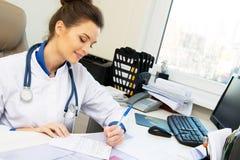Γυναίκα γιατρών στο γραφείο της στοκ εικόνες με δικαίωμα ελεύθερης χρήσης