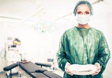 Γυναίκα γιατρών στο δωμάτιο χειρουργικών επεμβάσεων Στοκ εικόνα με δικαίωμα ελεύθερης χρήσης