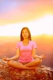 Γυναίκα γιόγκας Meditating στο ηλιοβασίλεμα στο μεγάλο φαράγγι Στοκ Εικόνες
