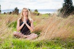 Γυναίκα γιόγκας Meditating Στοκ φωτογραφία με δικαίωμα ελεύθερης χρήσης