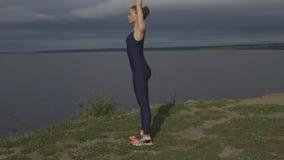 Γυναίκα γιόγκας sportswear, ενεργειακή συγκέντρωση απόθεμα βίντεο