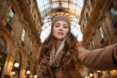 Γυναίκα γοητείας που παίρνει selfie σε Galleria Vittorio Emanuele ΙΙ στοκ φωτογραφία