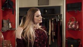 Γυναίκα γοητείας στο ακριβό φόρεμα απόθεμα βίντεο