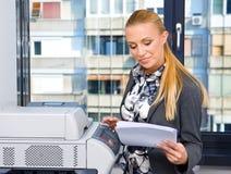 γυναίκα γραμματέων μηχανών &alp στοκ εικόνες με δικαίωμα ελεύθερης χρήσης