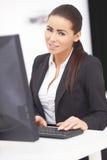 Γυναίκα γραφείων με τον υπολογιστή στο μέτωπο στον πίνακα Στοκ Φωτογραφία