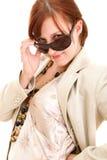 γυναίκα γυαλιών ηλίου μό&delta Στοκ φωτογραφίες με δικαίωμα ελεύθερης χρήσης