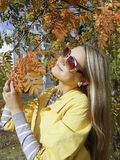 γυναίκα γυαλιών ηλίου πτώ& στοκ φωτογραφίες