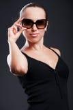 γυναίκα γυαλιών ηλίου smiley Στοκ φωτογραφία με δικαίωμα ελεύθερης χρήσης