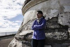 Γυναίκα δίπλα στο φάρο Στοκ φωτογραφία με δικαίωμα ελεύθερης χρήσης