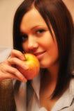 γυναίκα δαγκώματος μήλων Στοκ Εικόνες