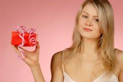 γυναίκα δώρων Στοκ φωτογραφίες με δικαίωμα ελεύθερης χρήσης