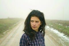 Γυναίκα, εθνική οδός στην ομίχλη στοκ εικόνες