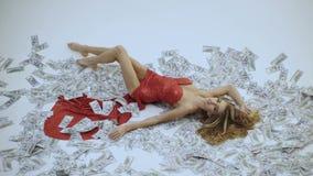 Γυναίκα εκατομμυριούχων που βρίσκεται στα χρήματα Νόμισμα, γυναίκες, νίκη Προκλητική γυναίκα που βρίσκεται στους λογαριασμούς δολ απόθεμα βίντεο
